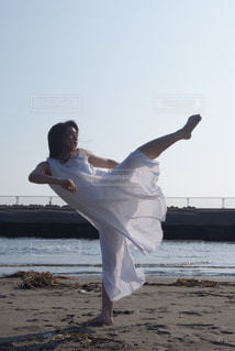 ビーチで踊る人の写真・画像素材[866519]