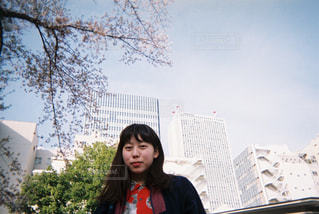 ビルの前での写真・画像素材[866587]