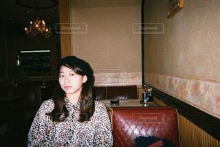 喫茶店で座る人の写真・画像素材[866595]