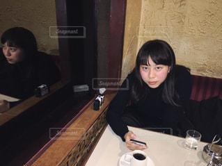 喫茶店でコーヒーを飲むの写真・画像素材[866606]