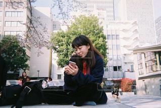 桜のある公園の下での写真・画像素材[866612]