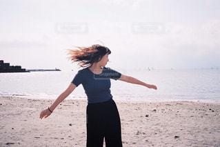 砂浜で踊るイザドラダンカンの写真・画像素材[868286]