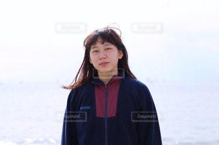 水の体の前に立っている人の写真・画像素材[868287]