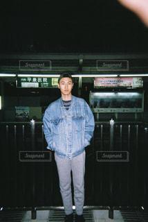 駅のホームに立っている男の写真・画像素材[874289]