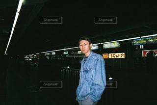 駅のホームに立っている男の写真・画像素材[874290]