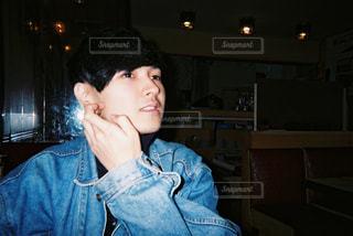 ブルーのシャツを着た若い男の写真・画像素材[874292]