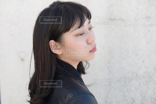 黒の t シャツを着ている女性の写真・画像素材[875805]