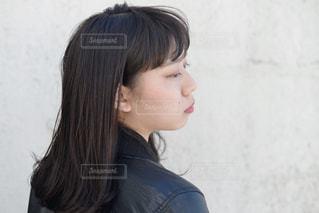 黒の t シャツを着ている女性の写真・画像素材[875807]