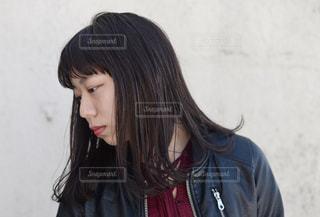 赤いシャツを着ている女性の写真・画像素材[875809]