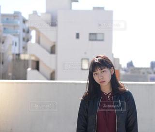 建物の前に立っている女性の写真・画像素材[875811]