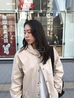 建物の前に立っている人の写真・画像素材[1168720]