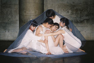 ベッドの上に座っている人々 のグループの写真・画像素材[1830131]
