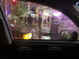 夜 車窓の眺め 雨の写真・画像素材[2310398]