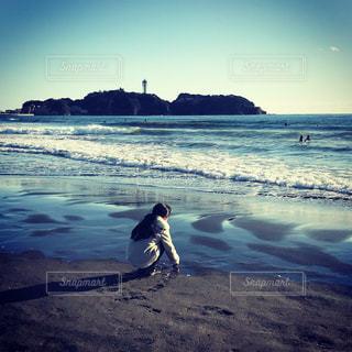 砂浜で貝拾いの写真・画像素材[993393]