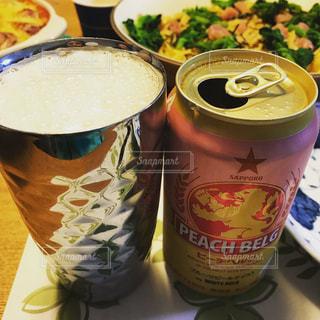 テーブルの上のビールとグラスの写真・画像素材[1035678]