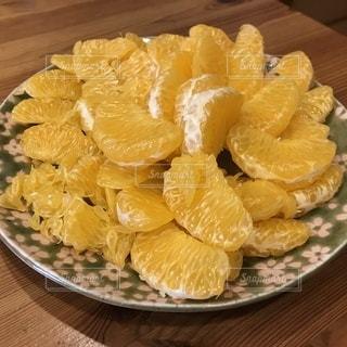 机の上のさらに柑橘系の写真・画像素材[1035685]