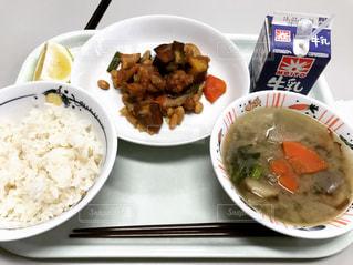板の上に食べ物のボウルの写真・画像素材[1055881]