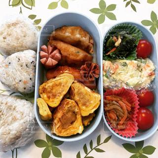 板の上に食べ物の種類でいっぱいのボックスの写真・画像素材[1055886]