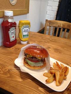 サンドイッチやテーブルに飲み物と食べ物の皿の写真・画像素材[866772]
