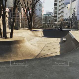 スケートパークでスケート ボードのトリックをしている男の写真・画像素材[866783]
