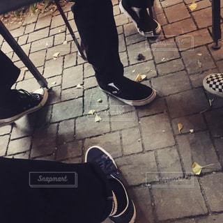 歩道に靴のグループの写真・画像素材[866789]