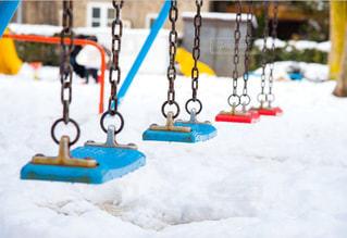 雪の中のぶらんこの写真・画像素材[870249]
