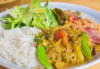 皿のご飯肉と野菜料理 - No.870251