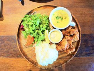 木製のテーブルの上に食べ物のプレートの写真・画像素材[866658]