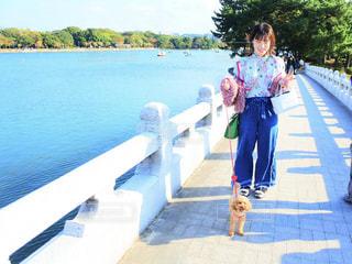 橋の上に立っている女の子の写真・画像素材[866659]