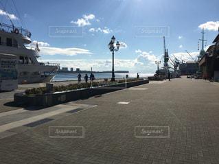 道の端に船の写真・画像素材[875872]
