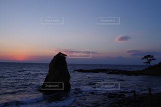 水の体に沈む夕日の写真・画像素材[866754]