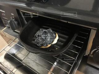 ガスコンロのグリルで焦げた餅の写真・画像素材[866819]