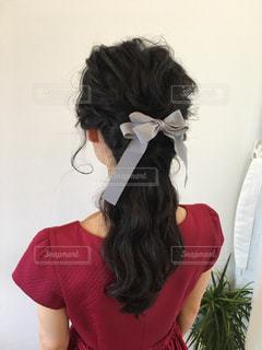赤いドレスを着た女性の斜め後ろ姿の写真・画像素材[866822]