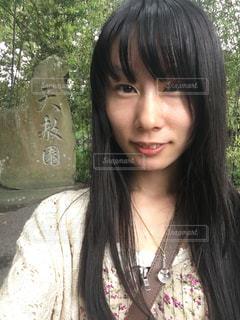 天赦園の石碑と記念撮影する女性の写真・画像素材[866963]