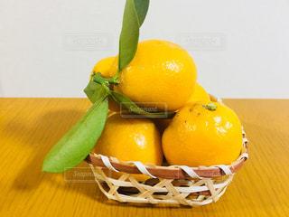 テーブルの上のカゴに入った金柑(キンカン)の写真・画像素材[867101]