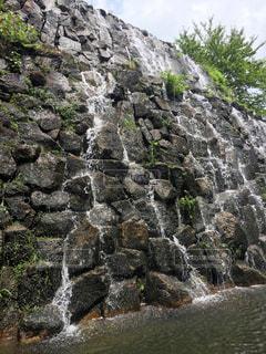 ホテルの敷地内にある人口滝の写真・画像素材[867135]