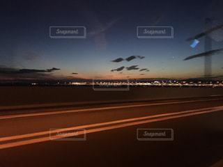 車窓から見た夜の関西空港の写真・画像素材[867161]
