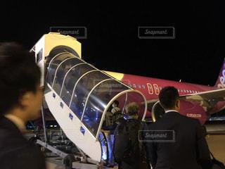 夜の関空で格安ジェット・peachに搭乗するところの写真・画像素材[867164]