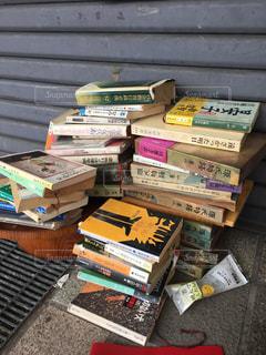 閉店した本屋のシャッター前に積み上げられた古本の写真・画像素材[867336]