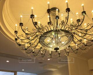 結婚式場の天井からぶら下がるシャンデリアの写真・画像素材[867371]