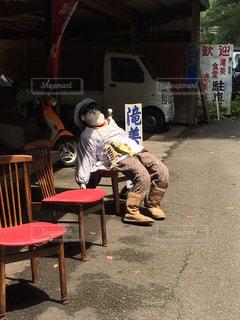 椅子に座っている変な人形の写真・画像素材[867404]