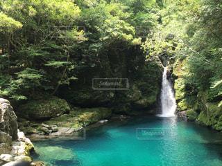エメラルドブルーの湖と滝の写真・画像素材[867448]