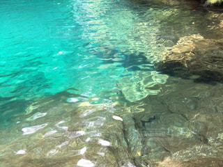 エメラルドブルーの湖の水面の写真・画像素材[867449]