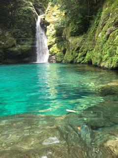エメラルドブルーの湖と滝(2)の写真・画像素材[867450]