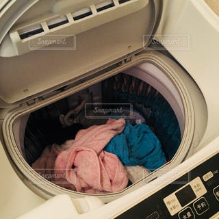 洗濯物がたっぷり入った洗濯機(2)の写真・画像素材[868659]