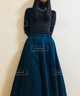 グリーンのロングスカートを履いて澄ました女性の写真・画像素材[869924]
