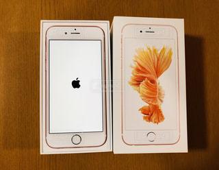 画面にアップルマークが映ったiPhone6sと外箱の写真・画像素材[871287]