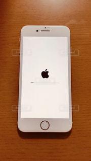 画面にアップルマークが映ったiPhone8の写真・画像素材[871288]