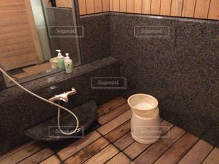 板張りの床とバスルームの写真・画像素材[871303]