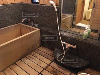 板張りのお風呂場と浴槽の写真・画像素材[871305]